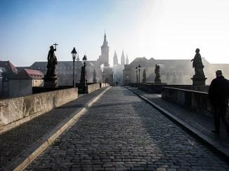 Ein Sonntagmorgen im Februar auf der Alten Mainbrücke.