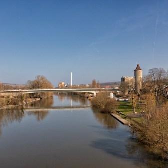 Blick nach Westen von der Alten Mainbrücke. Im Hintergrund sieht man die Zuckerfabrik.