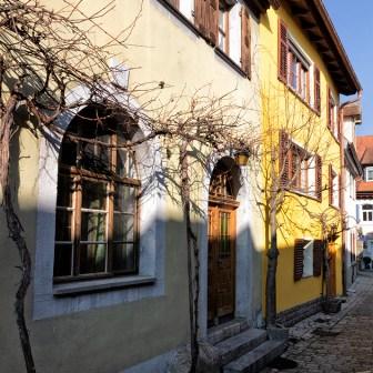 Hier gibt es sehr viele alte und enge Gassen mit schönen Häusern zu sehen.