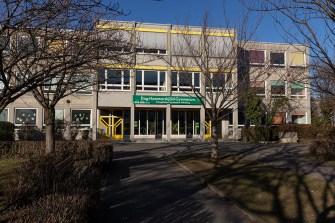 """Das heutige Dag-Hammarskjöld-Gymnasium am Frauenlandplatz war früher (bis 2001) das """"Schönborn-Gymnasium""""."""