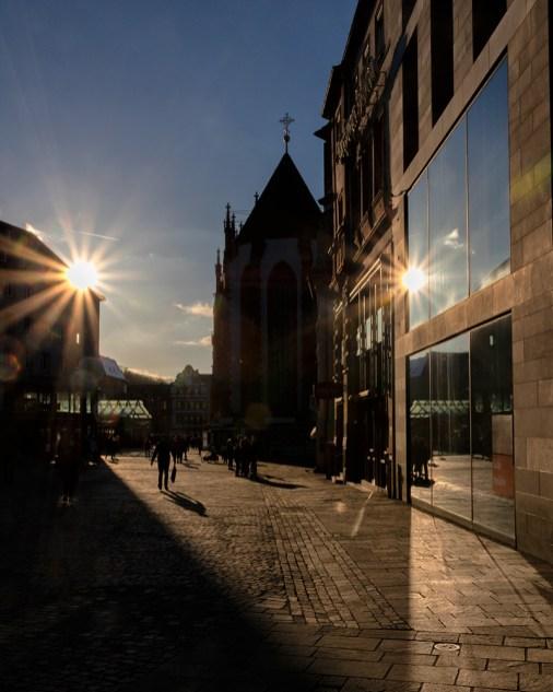 Nachmittagssonne im Februar am Marktplatz in Würzburg.