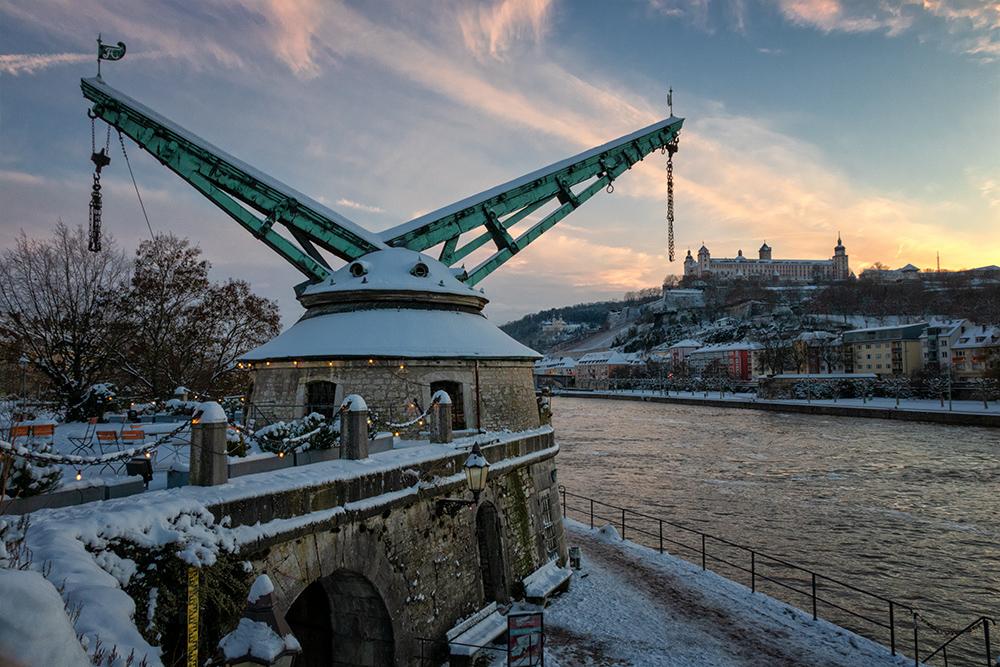 Winterwetter am Alten Kranen in Würzburg.