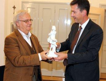 Oberbürgermeister Christian Schuchardt (re.) überreicht Dr. Blagoy Apostolov den Tanzenden Schäfer. (Foto: Claudia Penning-Lother)