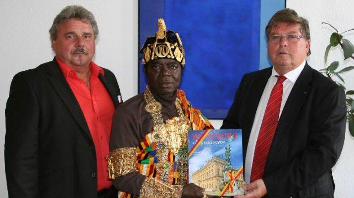 Königlicher Besuch im Rathaus: Ein Monarch mit Doppelleben