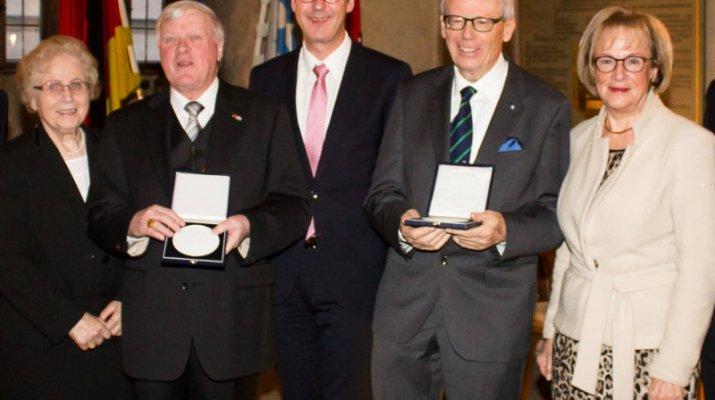Ehrenmedaille des Oberbürgermeisters an Eykmann und Motsch