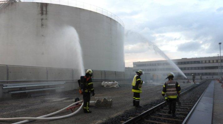 Übung: Feuerwehr und andere Retter trainieren in Großtanklager Würzburg (Foto: Feuerwehr