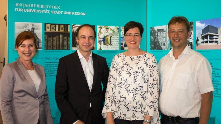 Unibibliothek stellt zum 400-jährigen Bestehen im Rathaus aus