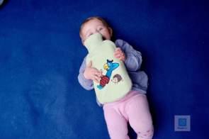 Unsere kleinste hat Freude an der Wärmflasche