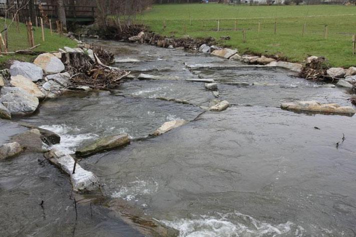 Revitalisierung der Breitsach - Fischpassierbare Pendelrampe bei der Schwimmbad Wehr