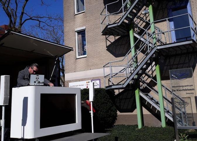 DJ Hans Stroeve draait verzoeknummers voor bewoners Kievitsbloem Zwolle Zuid