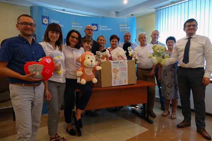 Wołomińscy radni oraz Burmistrz Radzymina przekazują pluszaki na rzecz dzieci z Centrum Zdrowia Dziecka