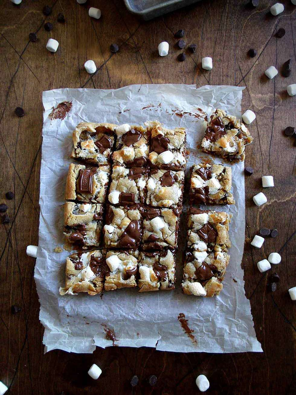 S'mores Cookies - Graham cracker crumbs, toasted marshmallow, and gooey chocolate?? The perfect fix when you're too far from the campfire!