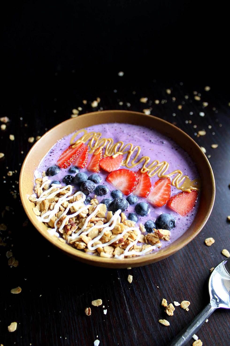 Triple Berry Smoothie | Easy Smoothie Bowl | Vegan | Vegetarian | Homemade Granola | Antioxidants