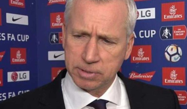 Alan Pardew Sindir Pelitnya Arsenal Tawar Jonny Evans