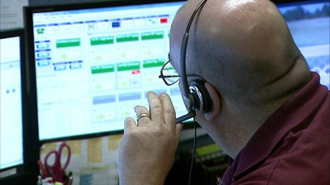 Warren officials tour Trumbull 911 Center_38428
