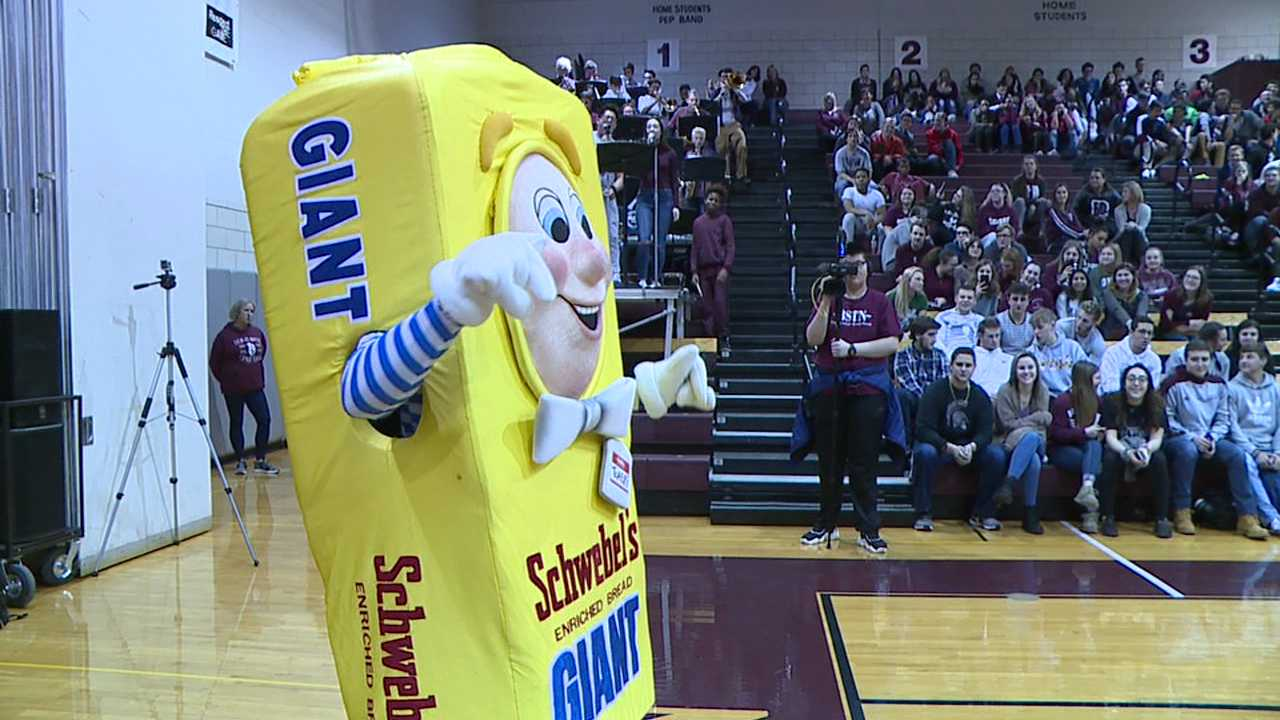 Schwebel's donates to Boardman band at pep rally