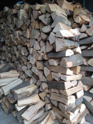 Wer mit einem Kaminofen heizt, sollte auch genug Kaminholz vor der Hütte haben.