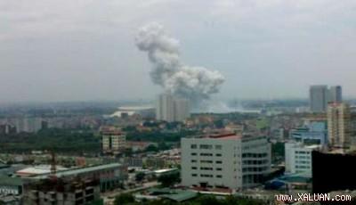 Cột khói cao phát ra từ SVĐ Mỹ ĐÌnh, nhìn thấy từ cách xa hàng kilomet.
