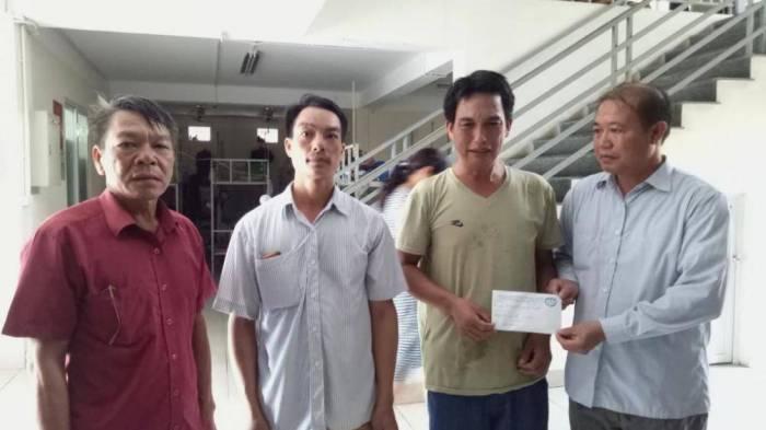 Đại diện lãnh đạo UBND huyện Sơn Động (Bắc Giang) trao tiền hỗ trợ cho gia đình cháu Văn. Ảnh: Xuân Thỏa
