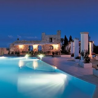 Top 10 most incredible hotel pools in the world xarj for Hotels in ravello with swimming pool