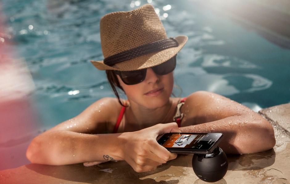 Les smartphones s'utilisent jusque dans les piscines avec Sony...