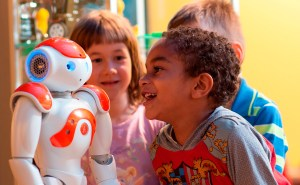 Le robot Nao mesure environ 60 centimètres.