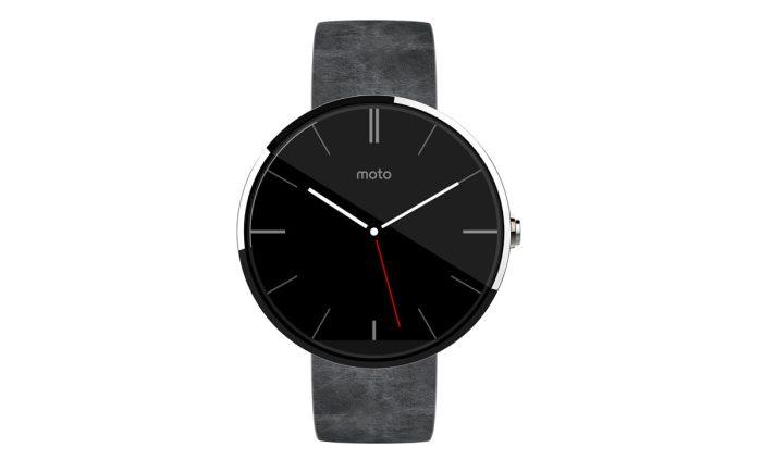 La Moto 360 avec un bracelet gris en cuir.