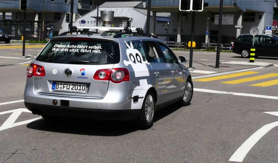 La voiture d'Autonomos Labs avec un autocollant Swisscom.