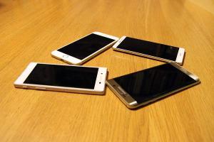 Le Sony Xperia Z5, l'Apple iPhone 6S Plus, le Samsung Galaxy Edge 6S+ et le Huawei Mate S.