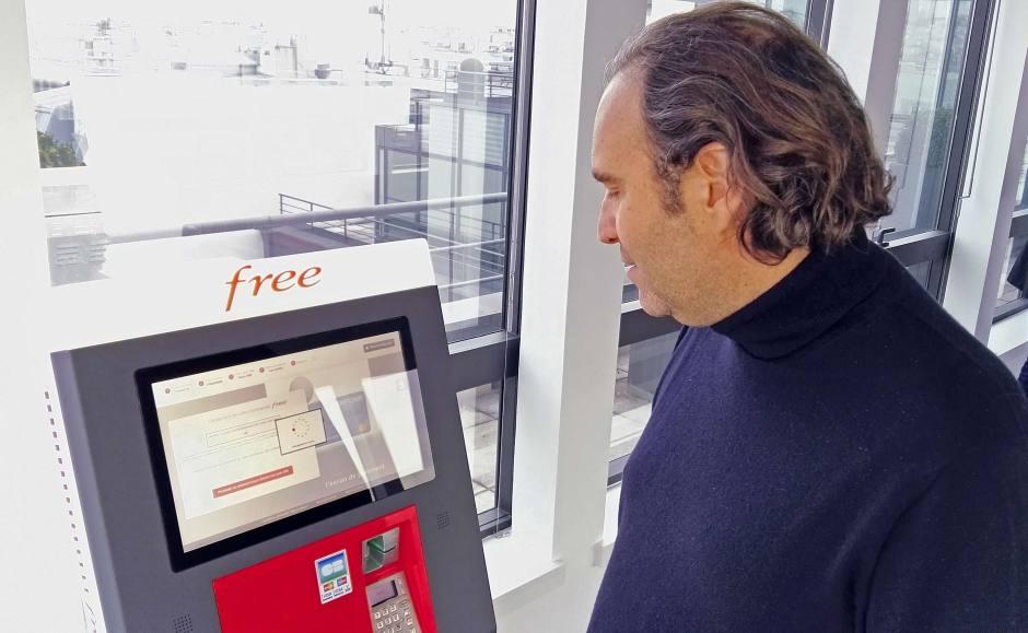 Xavier Niel présente son automate à distribuer des SIM. La vérification de l'identité de l'abonné se faite par la carte de crédit. Free, Paris. 13.01.2016.