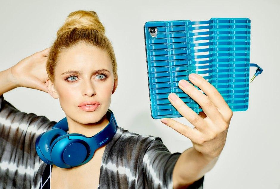 Un casque Sony sans fil associé à un étui pour smartphone.
