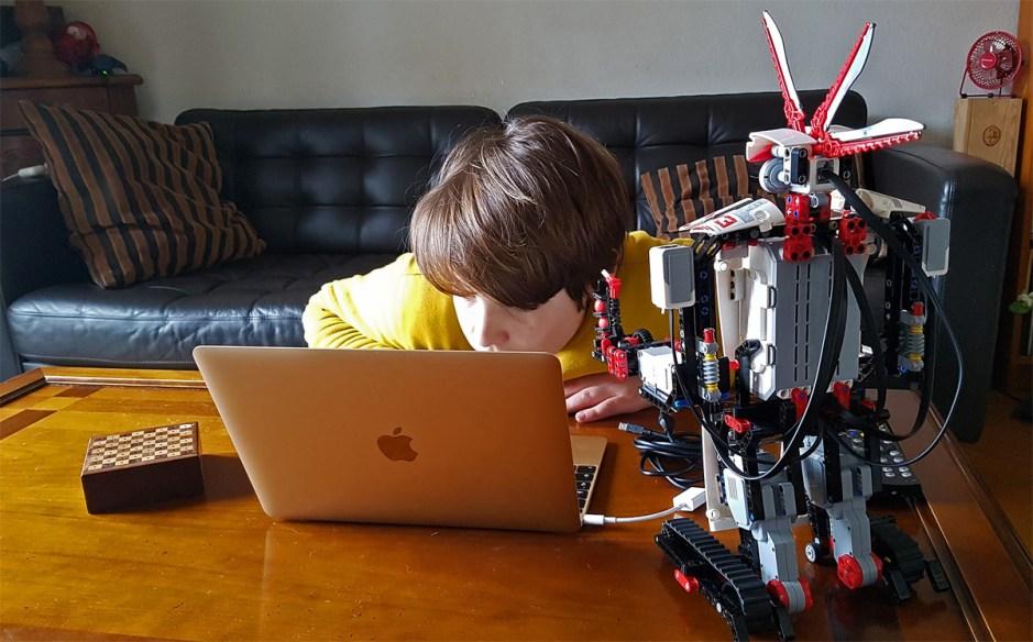 Aurélien programme son robot Mindstorm EV3 bourré de capteurs...