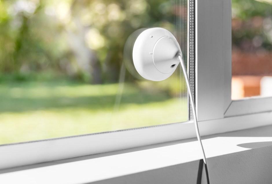 Une Logitech Circle 2 fixée sur une fenêtre.