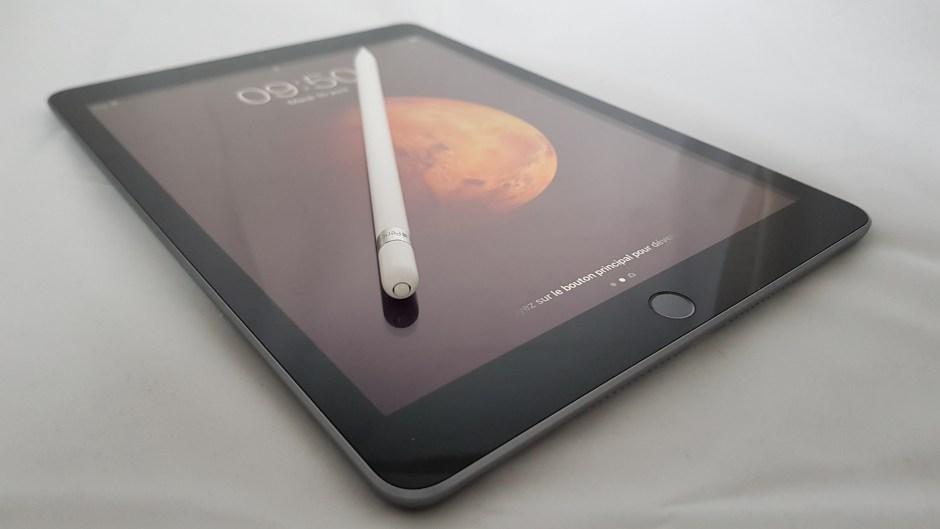 Le nouvel iPad, 6e du nom, avec l'Apple Pencil.