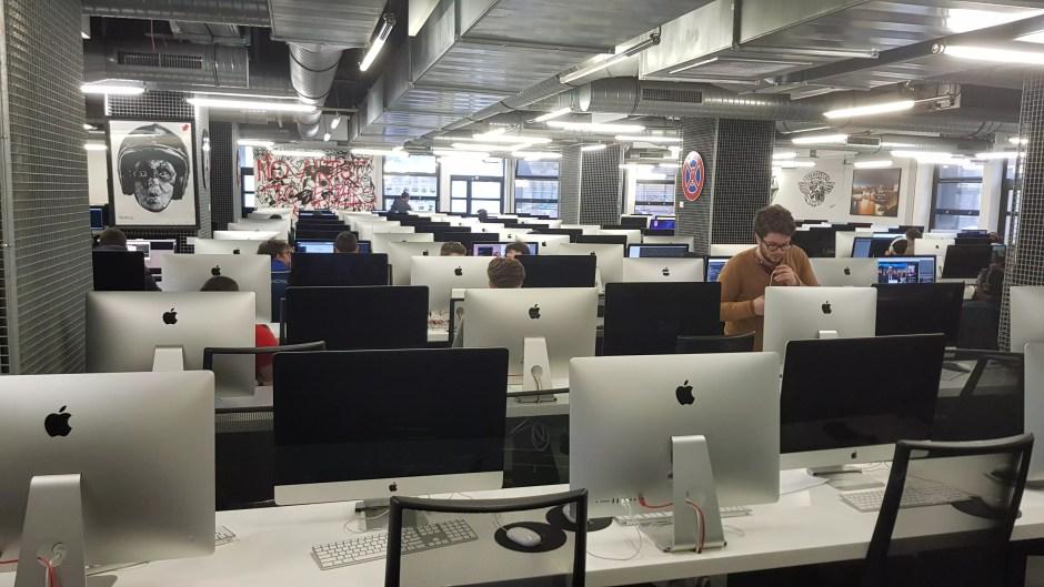 Ecole 42 à Paris: une des trois salles de travail équipées de quelque 330 ordinateurs...