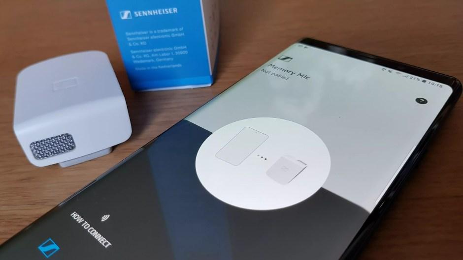 Le micro Bluetooth Sennheiser Memory Mic en compagnie d'un Samsung Galaxy Note 9.