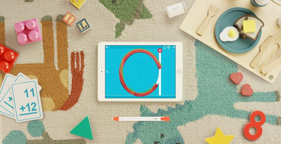 Le Logi Crayon de Logitech et l'iPad 6 d'Apple.