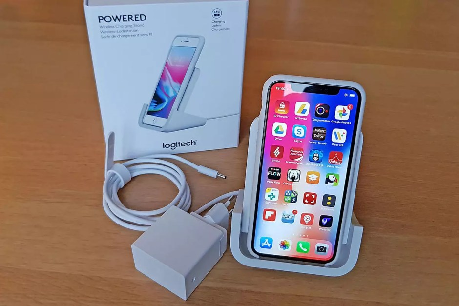 Le Logi Powered recharge un iPhone X.