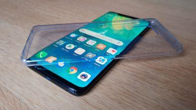Le Huawei Mate 20 Pro et sa coque transparente.