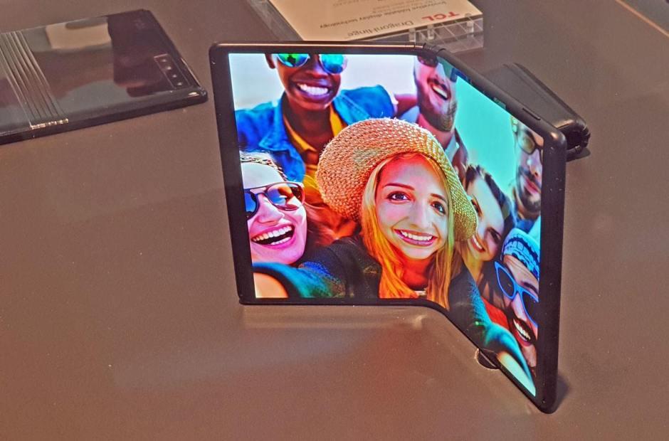 En vitrine, le prototype de smartphone pliable d'Alcatel (TCL).