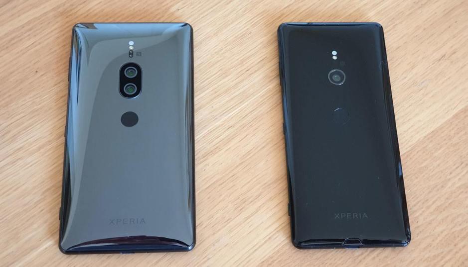 Les Sony Xperia XZ2 Premium (à droite) et Sony Xperia XZ3.
