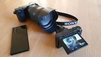 Les Sony Alpha 6100 avec un objectif Pro, le RX100 VII et l'Xperia 5.