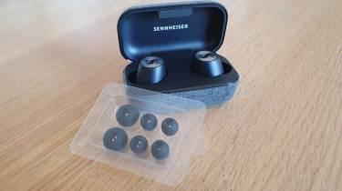 Les Sennheiser Momentum True Wireless 2 et leurs embouts aditionnels.