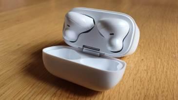 Oppo Enco Free: les écouteurs maintenus magnétiquement.
