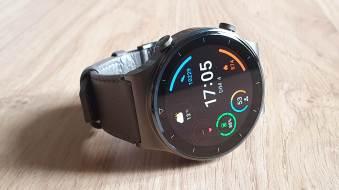 La Huawei Watch GT2 Pro et son bracelet en cuir.