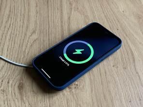 L'iPhone 12 sur le MagSafe.