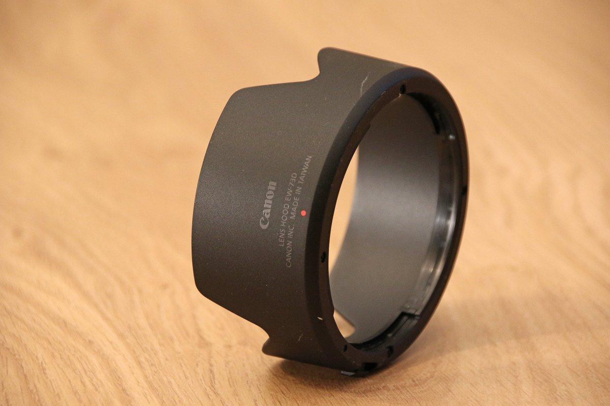 Le pare-soleil de l'objectif Canon RF 24-105.