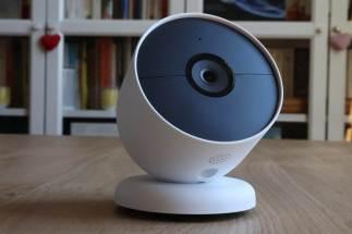La Google Nest sur son socle original.