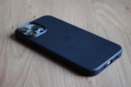 L'iPhone 13 Pro Max dans un habit de cuir noir.