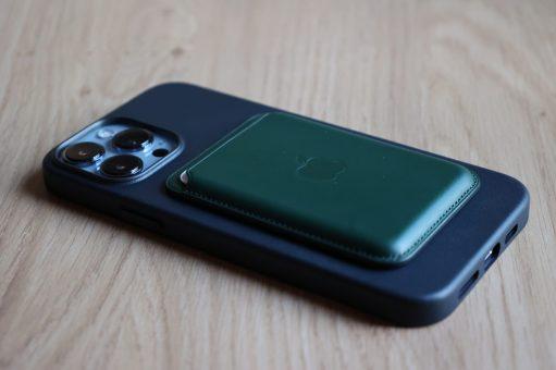 iPhone 13 Pro Max, coque de cuir noir et MagSafe Wallet vert.